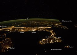 Italien bei Nacht klein mit Beschriftung - Astronaut photograph ISS041-E-90188 was acquired on October 21, 2014, with a Nikon D4 digital camera using a 24 millimeter lens, and is provided by the ISS Crew Earth Observations Facility and the Earth Science and Remote Sensing Unit, Johnson Space Center. The image was taken by the Expedition 42 crew. It has been cropped and enhanced to improve contrast, and lens artifacts have been removed.