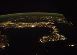 Italien bei Nacht groß ohne Beschriftung - Astronaut photograph ISS041-E-90188 was acquired on October 21, 2014, with a Nikon D4 digital camera using a 24 millimeter lens, and is provided by the ISS Crew Earth Observations Facility and the Earth Science and Remote Sensing Unit, Johnson Space Center. The image was taken by the Expedition 42 crew. It has been cropped and enhanced to improve contrast, and lens artifacts have been removed.